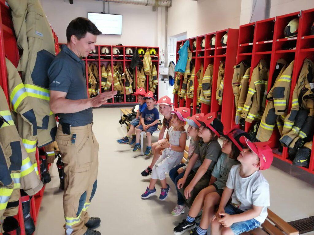 Wie zieht sich ein Feuerwehrmann an?