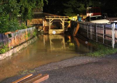 Überschwemmte Hofeinfahrt
